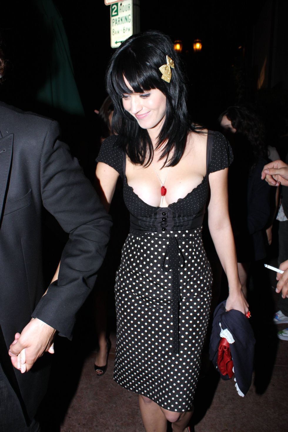 katy-perry-cleavage-candids-at-beso-restaurant-in-hollywood-01