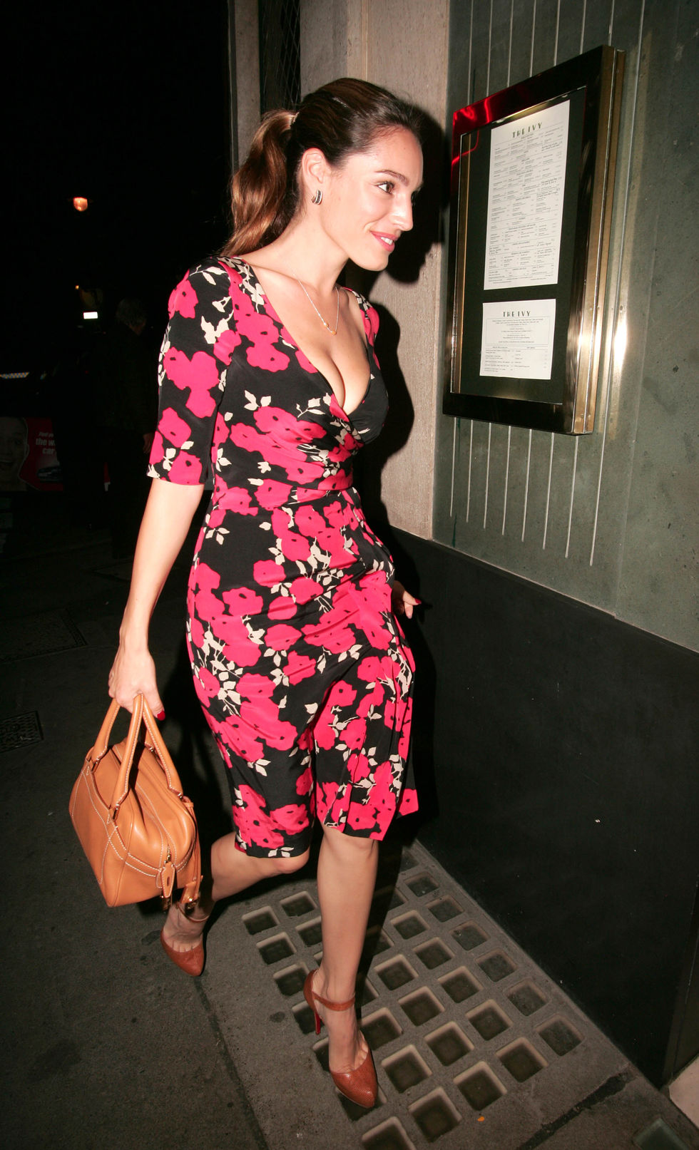 kelly-brook-cleavage-candids-at-ivy-restaurant-in-london-01