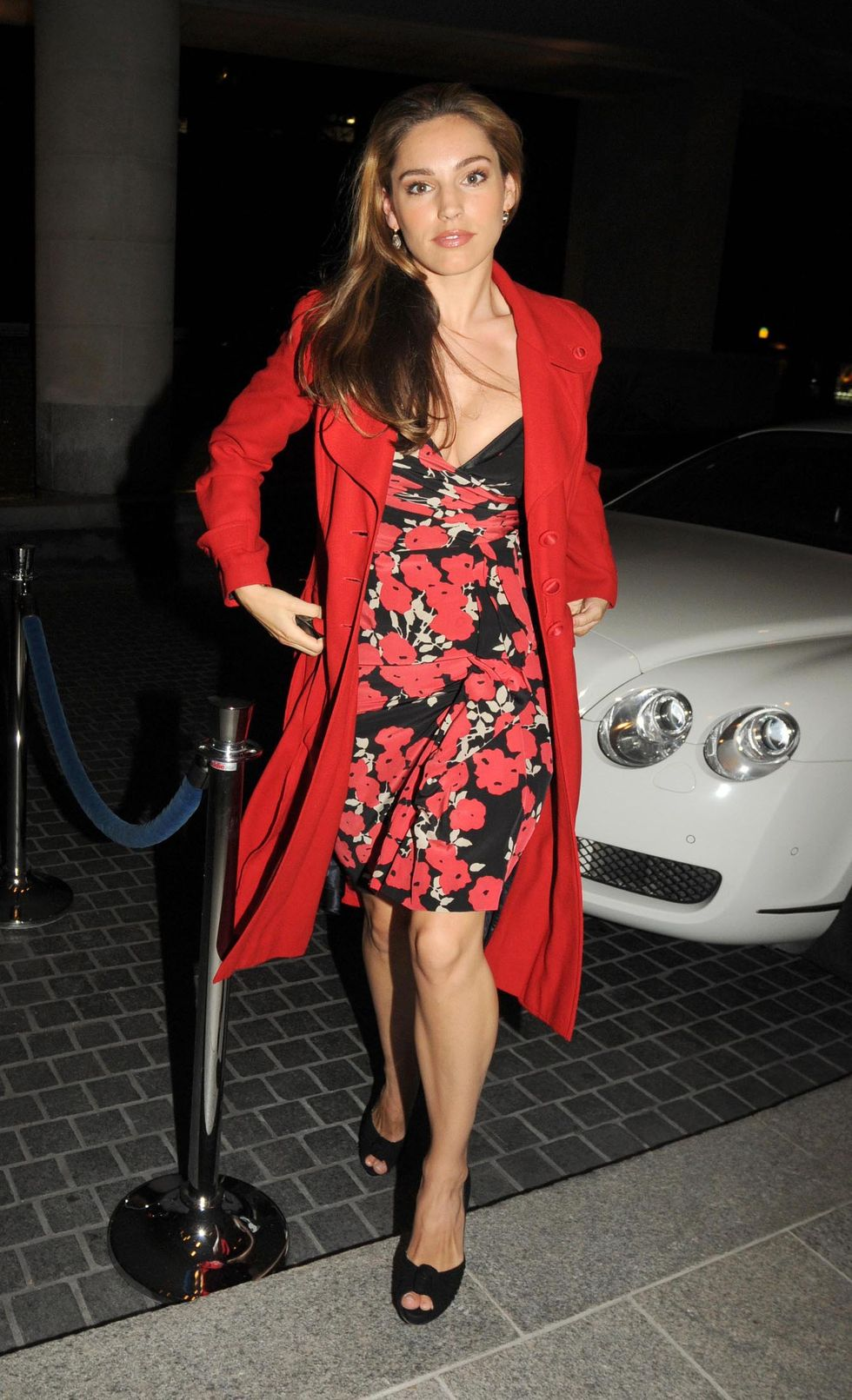 kelly-brook-cleavage-candids-at-zuma-restaurant-in-london-01