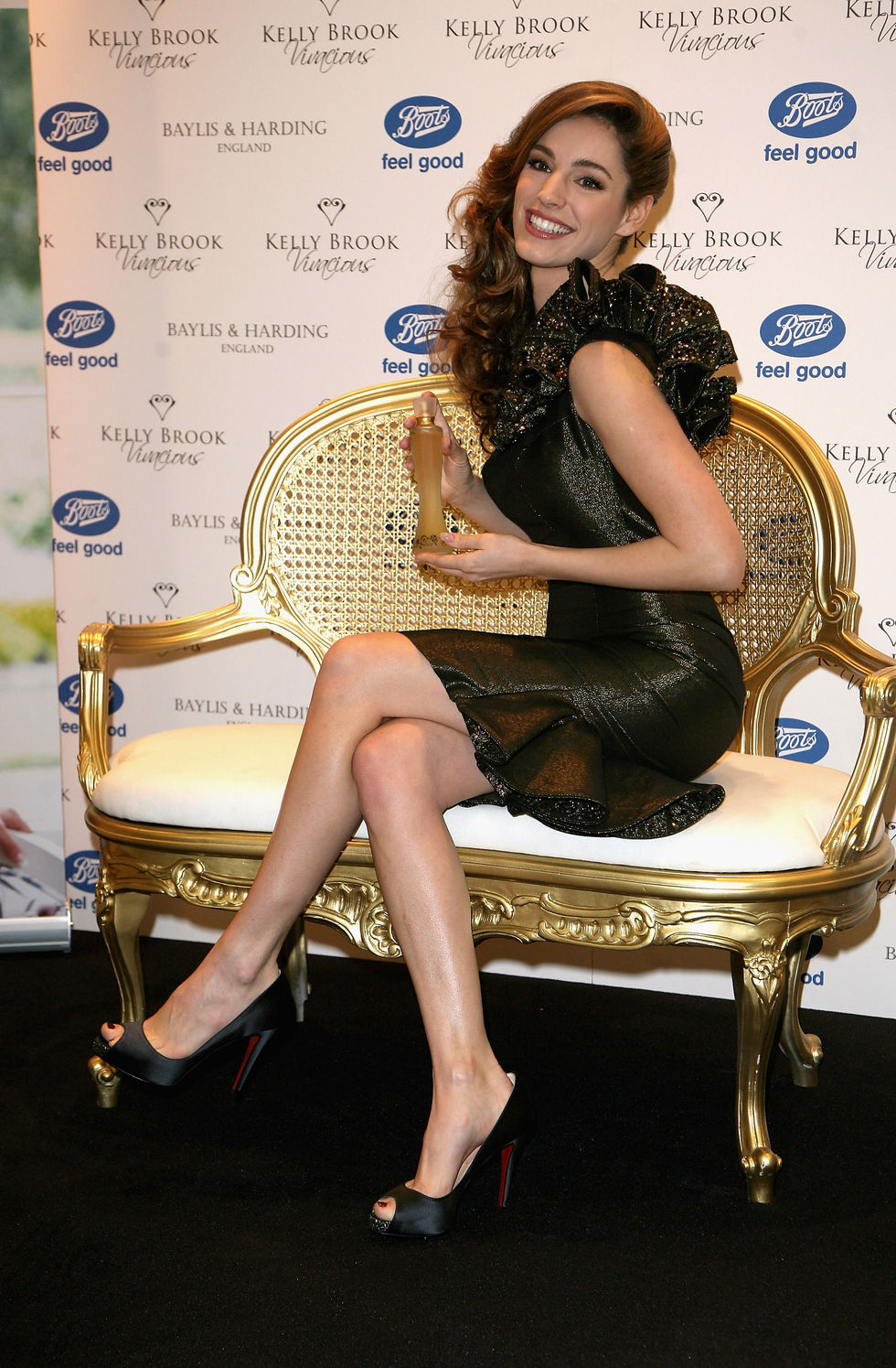 kelly-brook-vivacious-fragance-promotion-at-boots-in-london-03