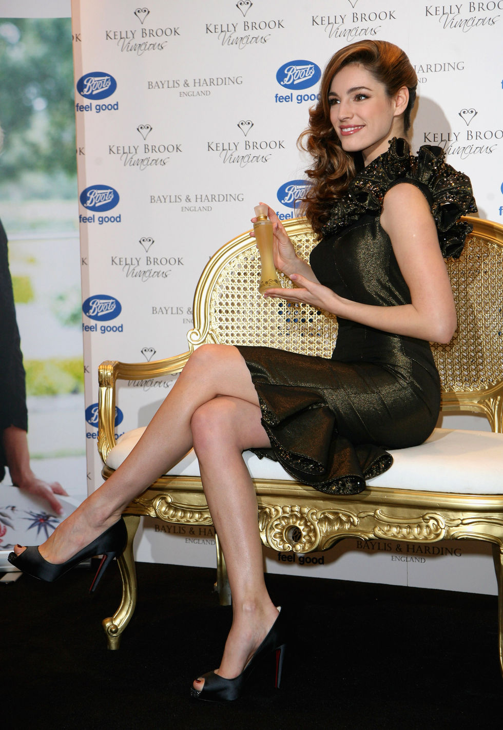 kelly-brook-vivacious-fragance-promotion-at-boots-in-london-08