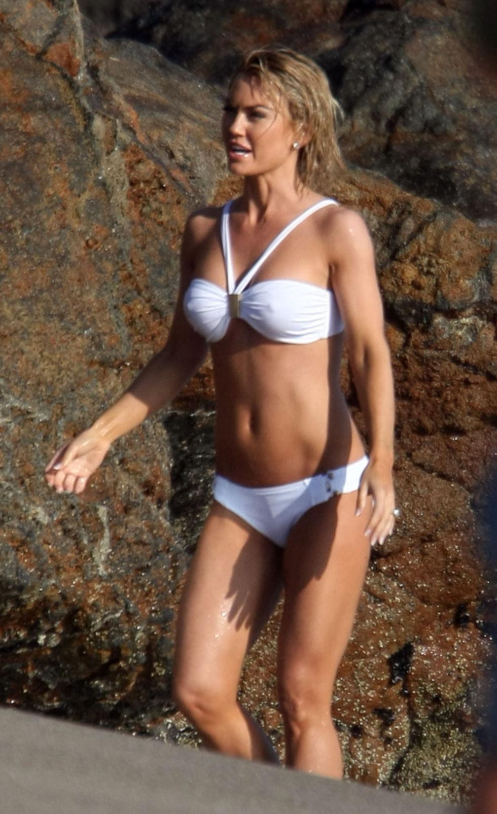 kelly-carlson-bikini-candids-at-the-niptuck-set-in-malibu-01
