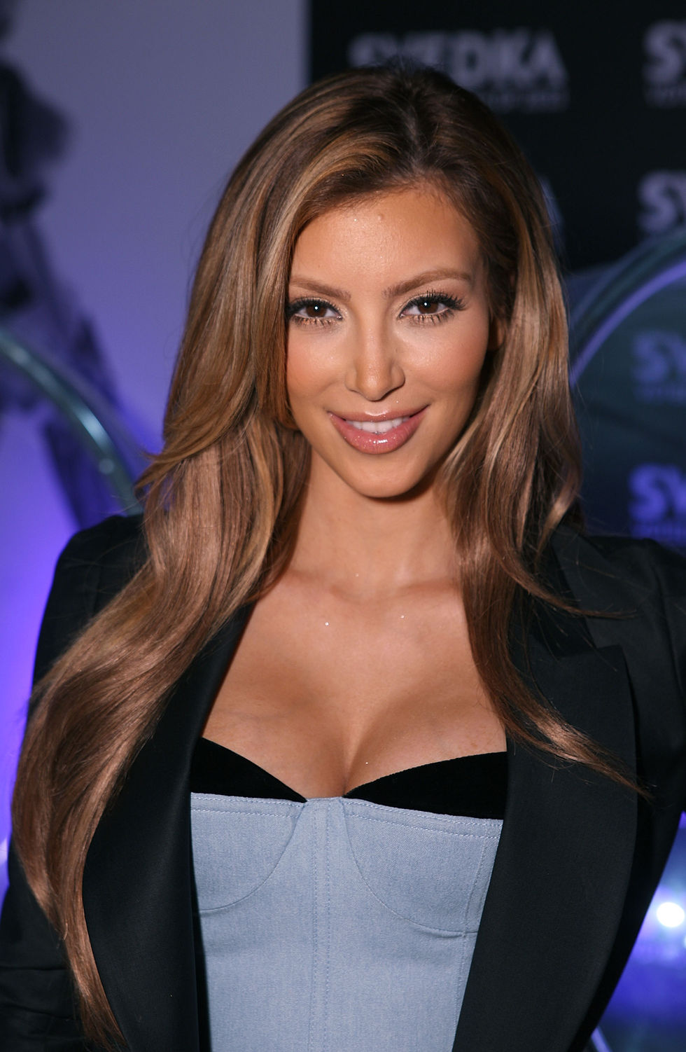 kim-kardashian-at-brent-bolthouse-photography-exibit-in-los-angeles-01
