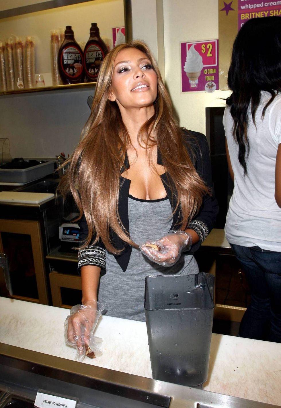 kim-kardashian-at-millions-of-milkshakes-in-los-angeles-2-01