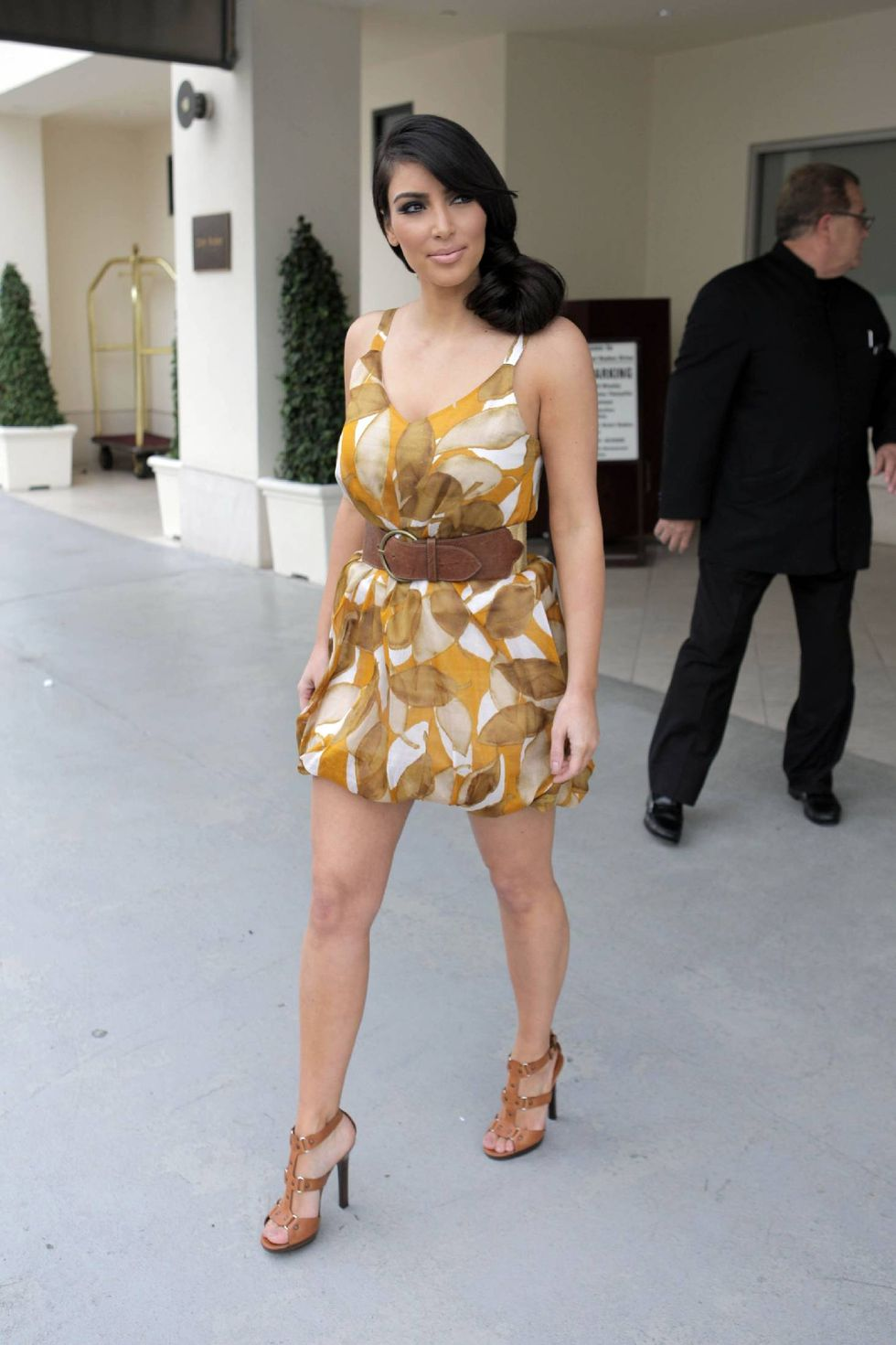 kim-kardashian-at-photoshoot-set-on-rodeo-drive-01