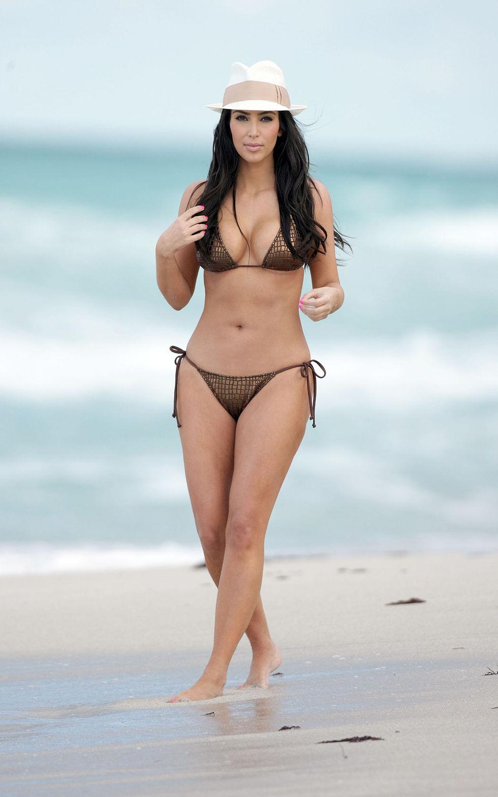 kim-kardashian-bikini-candids-at-the-beach-in-miami-hq-2-06