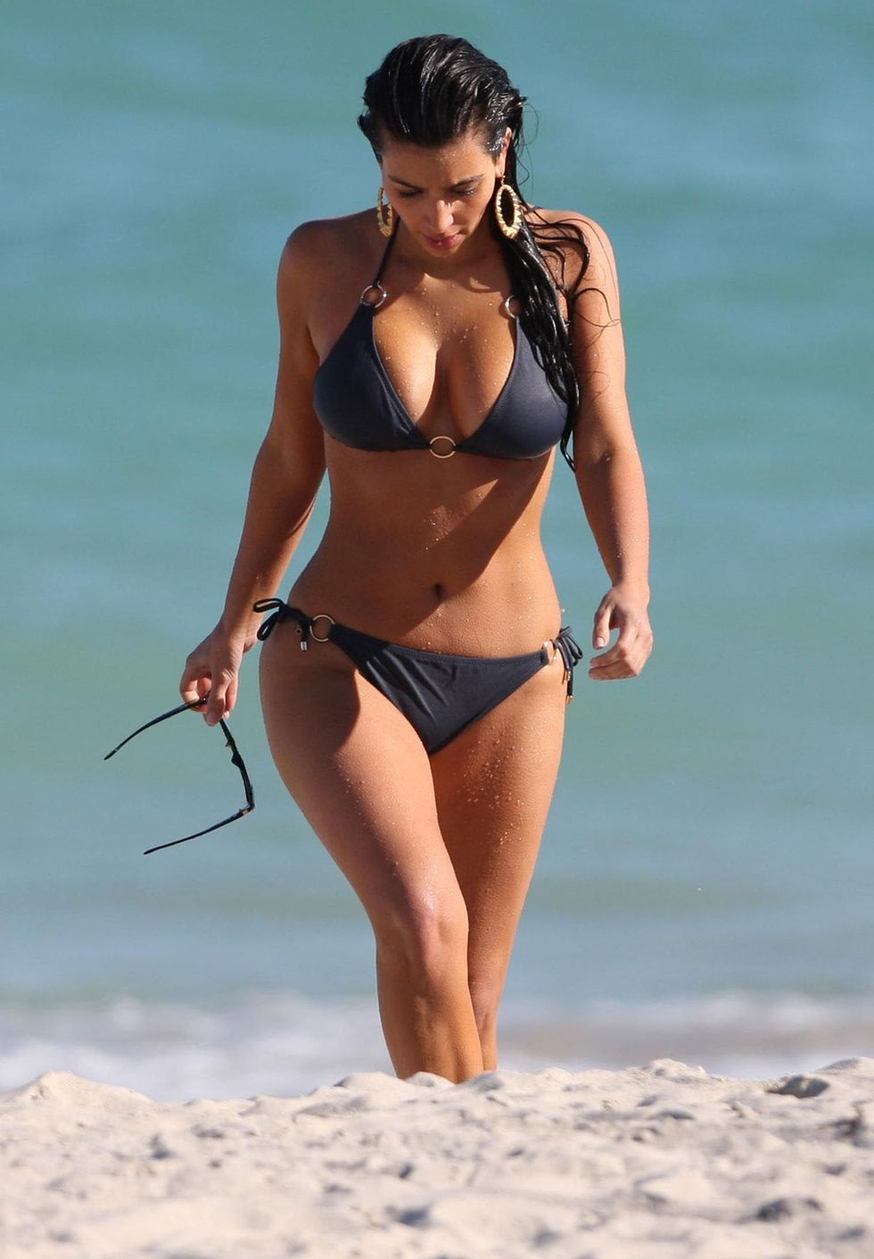 kim-kardashian-bikini-candids-at-the-beach-in-miami-hq-01