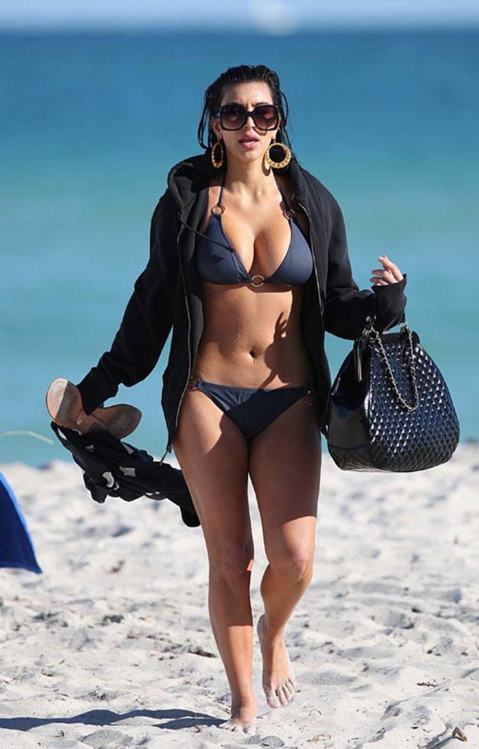 kim-kardashian-bikini-candids-at-the-beach-in-miami-mq-01