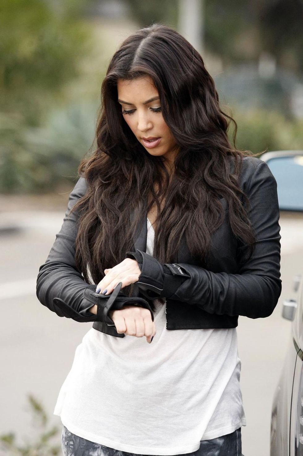 kim-kardashian-downblouse-candids-in-santa-barbara-01