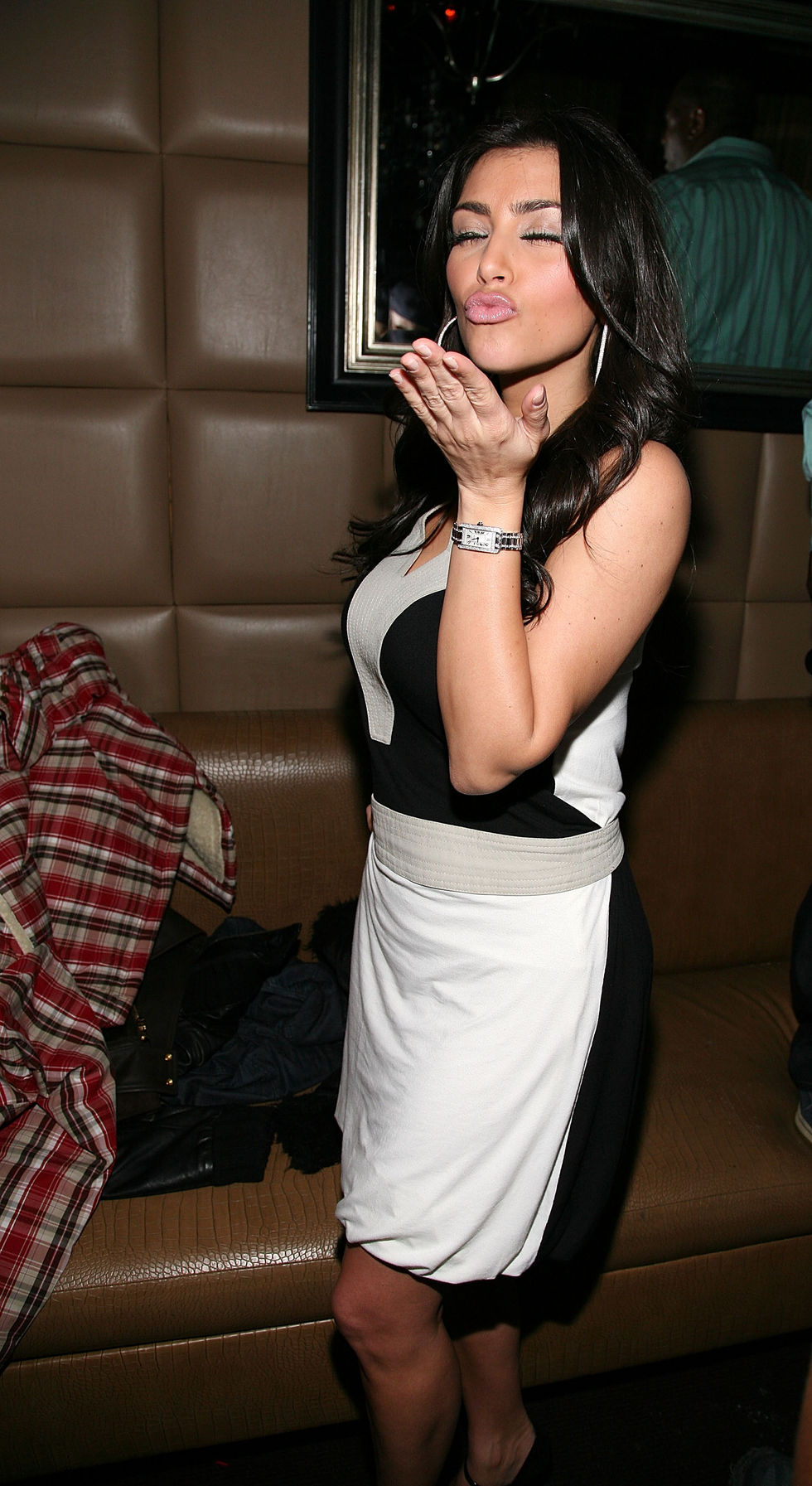 kim-kardashian-hosts-a-celebration-at-room-service-in-new-york-city-01