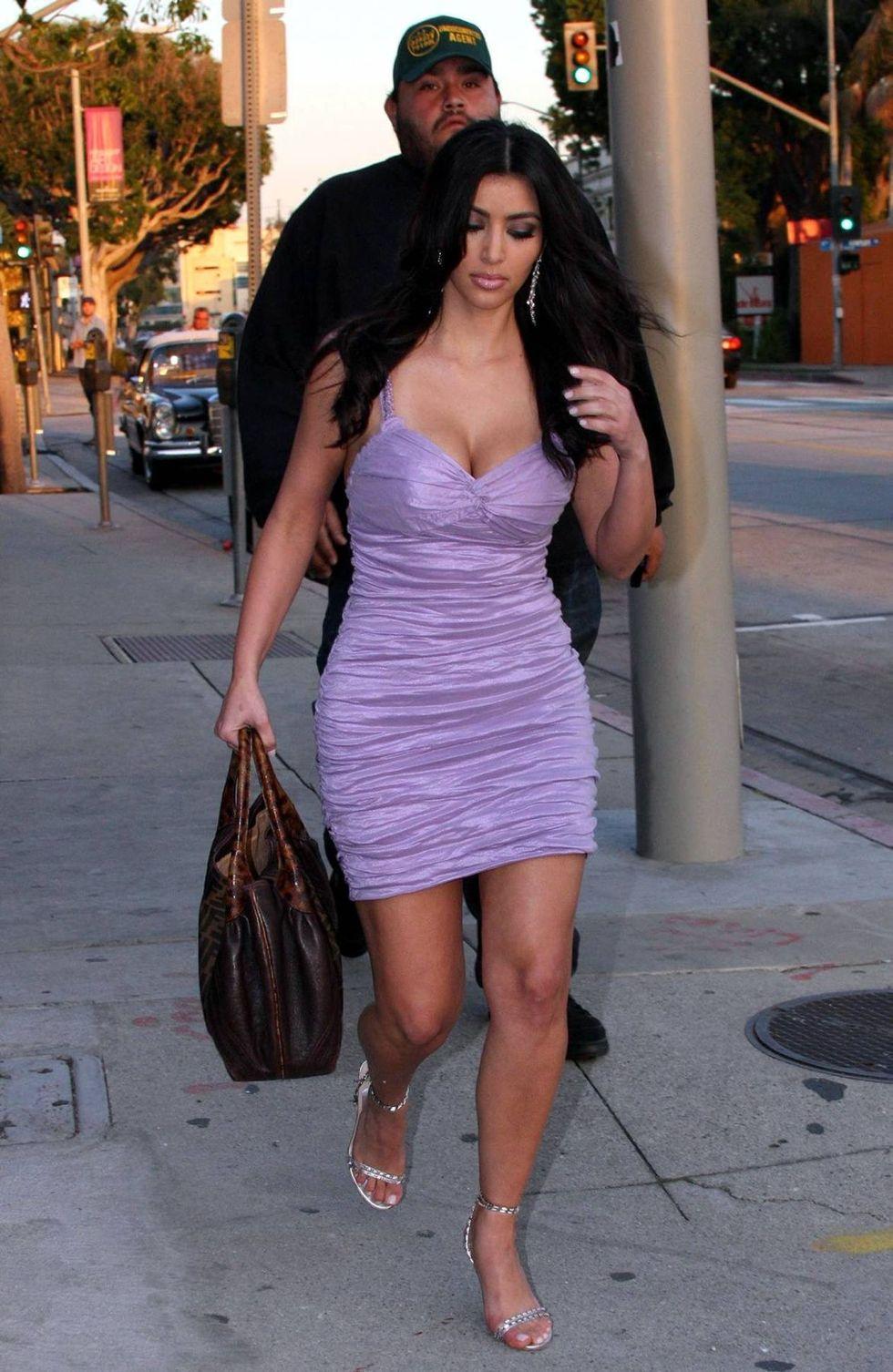 kim-kardashian-leggy-and-cleavagy-on-the-set-of-entourage-01