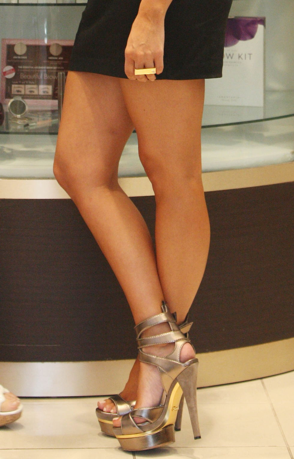 kim-kardashian-leggy-candids-at-anastasia-salon-in-beverly-hills-01