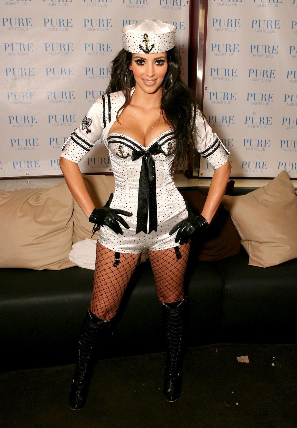 kim-kardashian-performs-with-pussycat-dolls-at-pure-nightclub-in-las-vegas-01