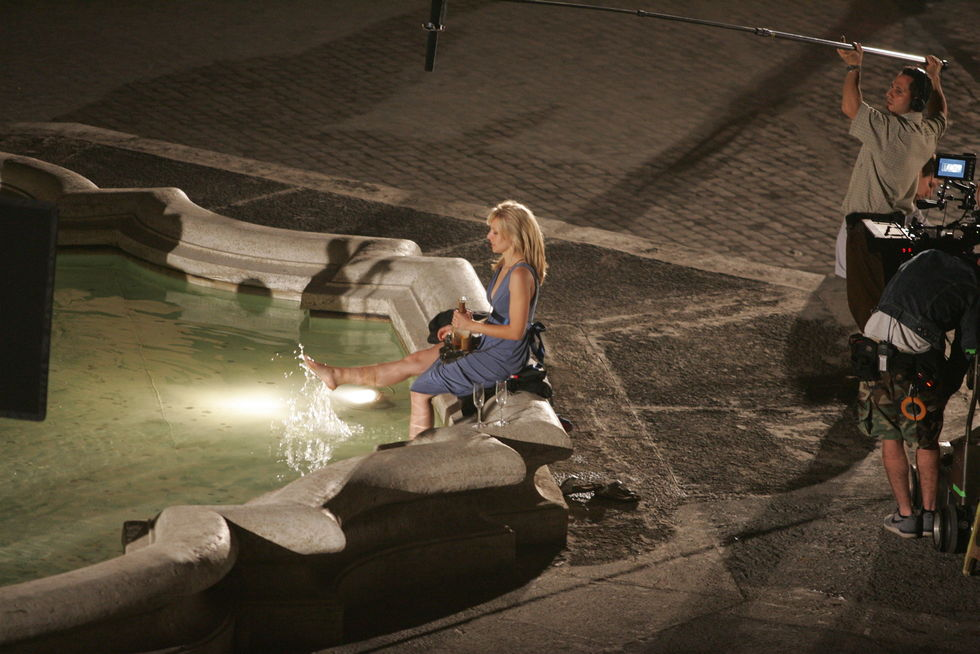 kristen-bell-on-set-of-when-in-rome-01