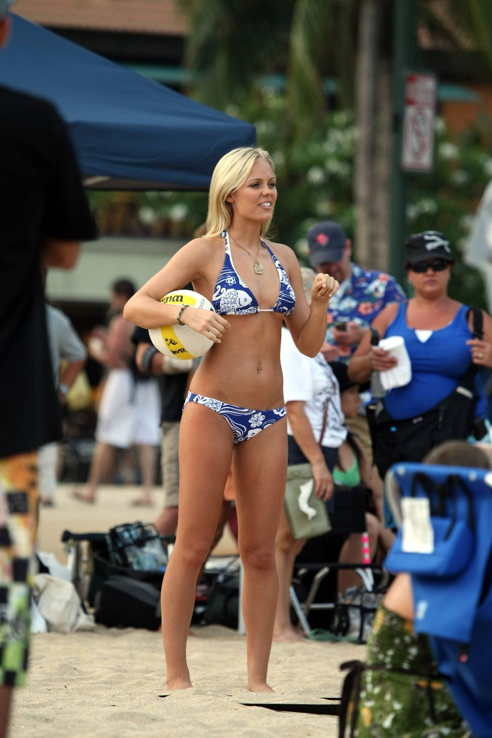 laura-vandervoort-in-bikini-on-the-set-of-into-the-blue-2-in-hawaii-03
