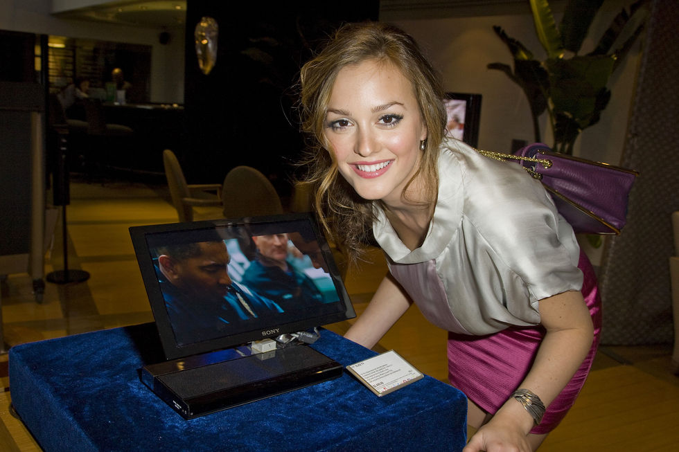 leighton-meester-leggy-candids-at-the-sony-store-in-new-york-01