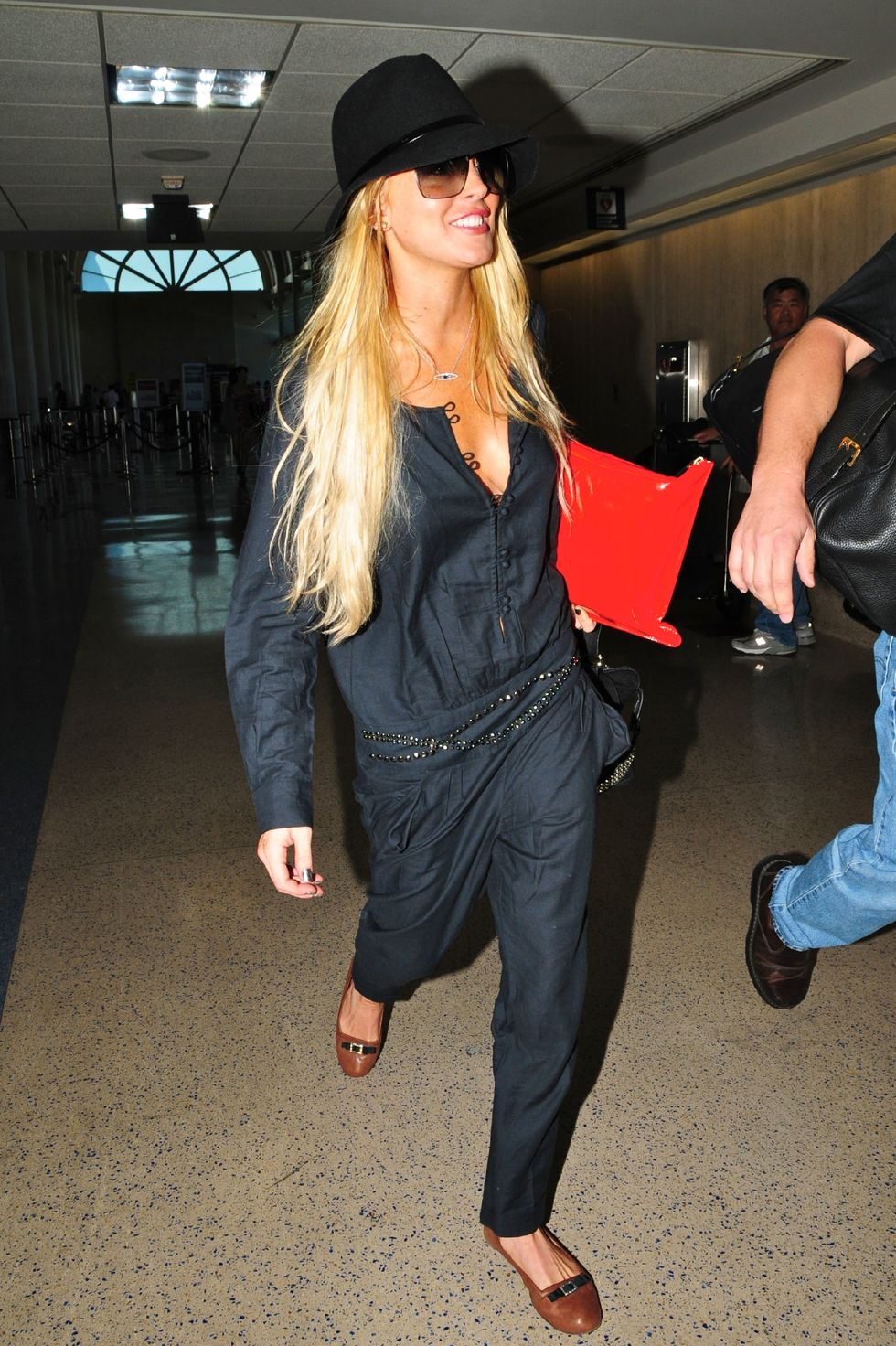 lindsay-lohan-cleavage-candids-at-lax-airport-01