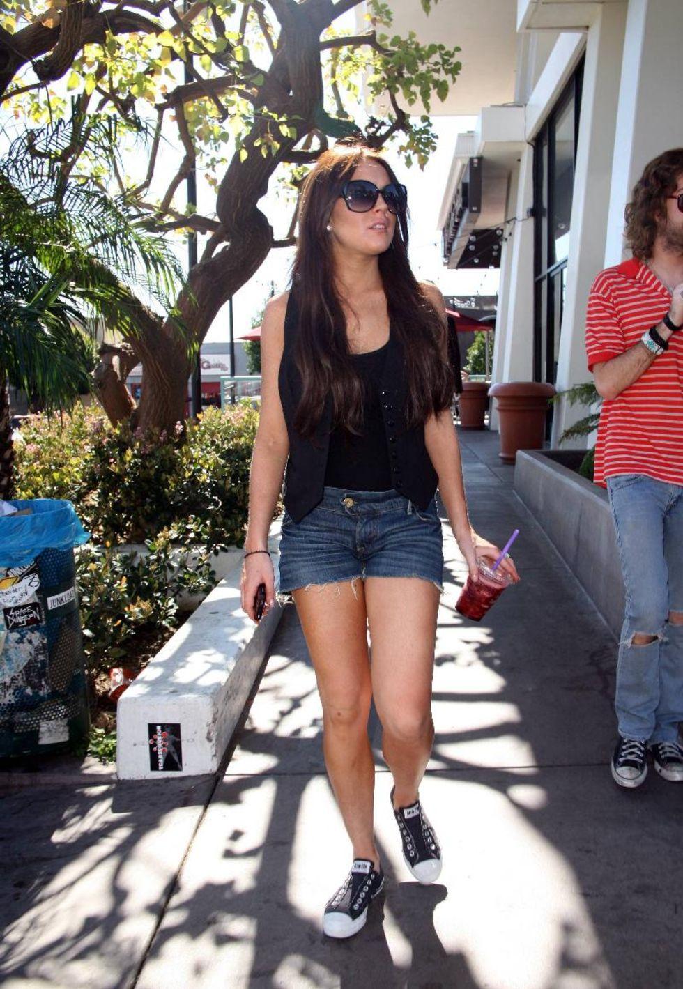 lindsay-lohan-denim-shorts-candids-in-los-angeles-06