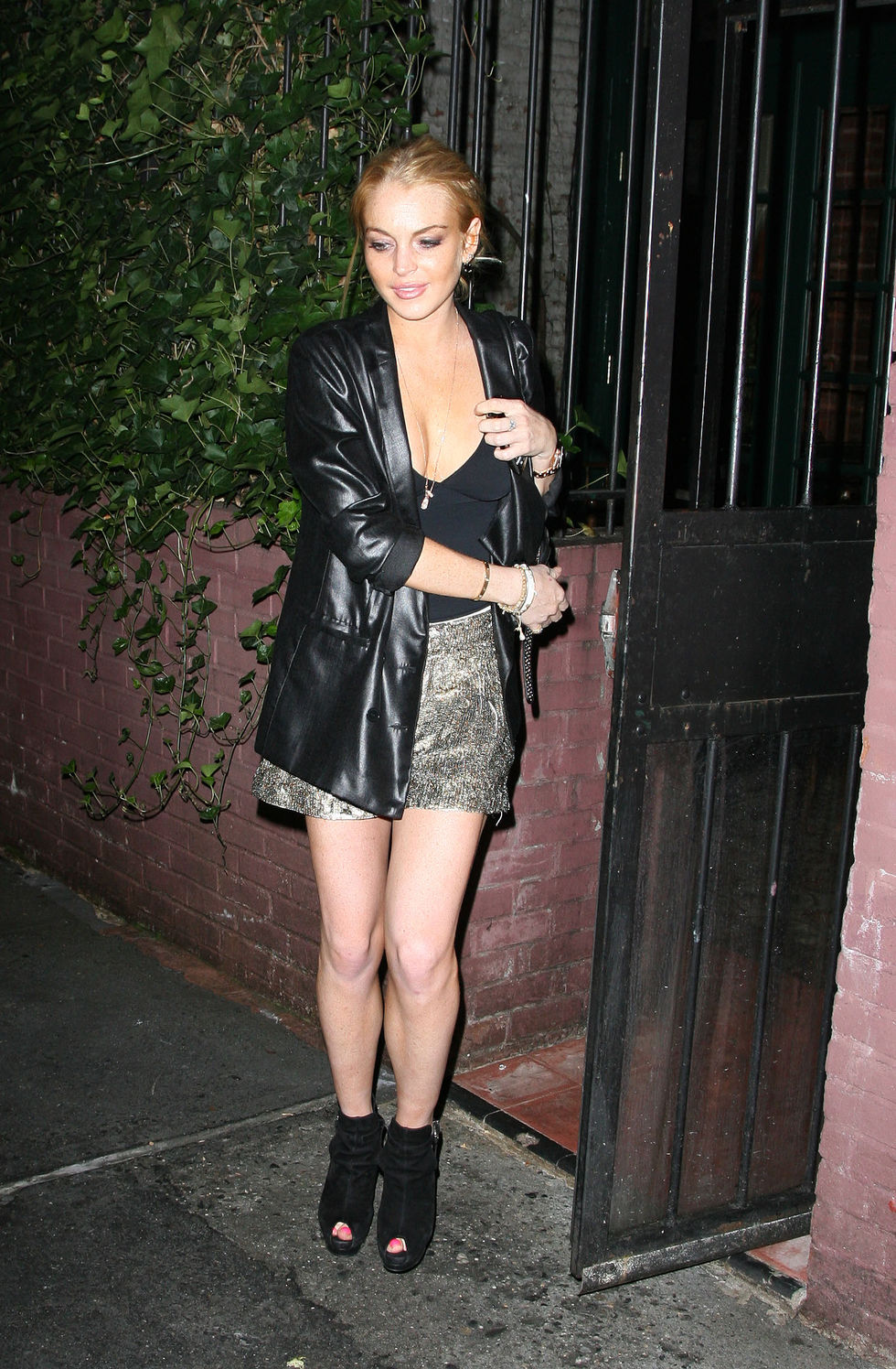 lindsay-lohan-leggy-candids-at-waverly-inn-in-new-york-01