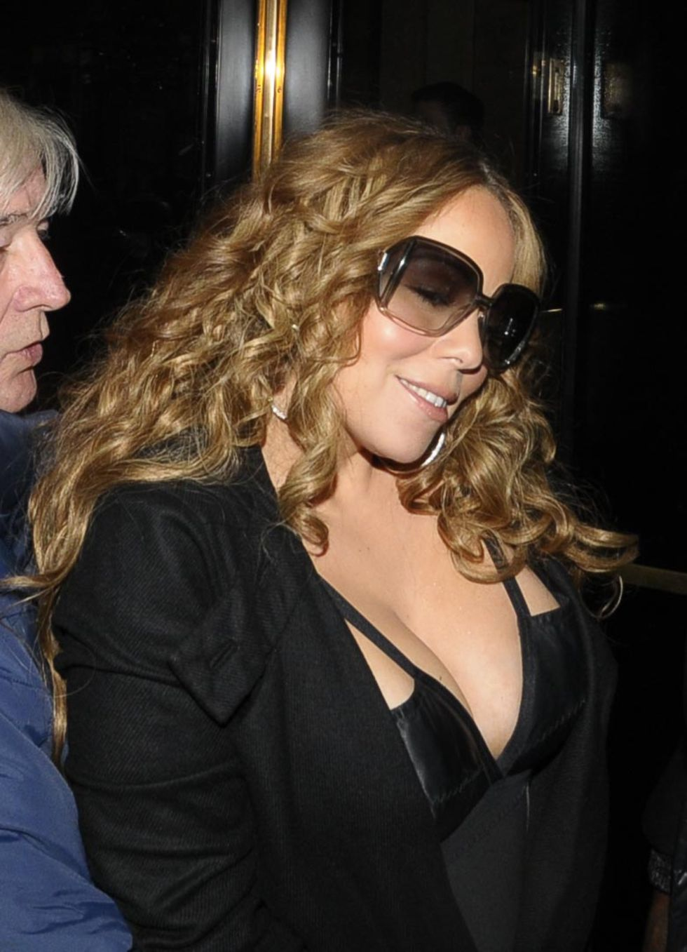 mariah-carey-cleavage-candids-in-london-09