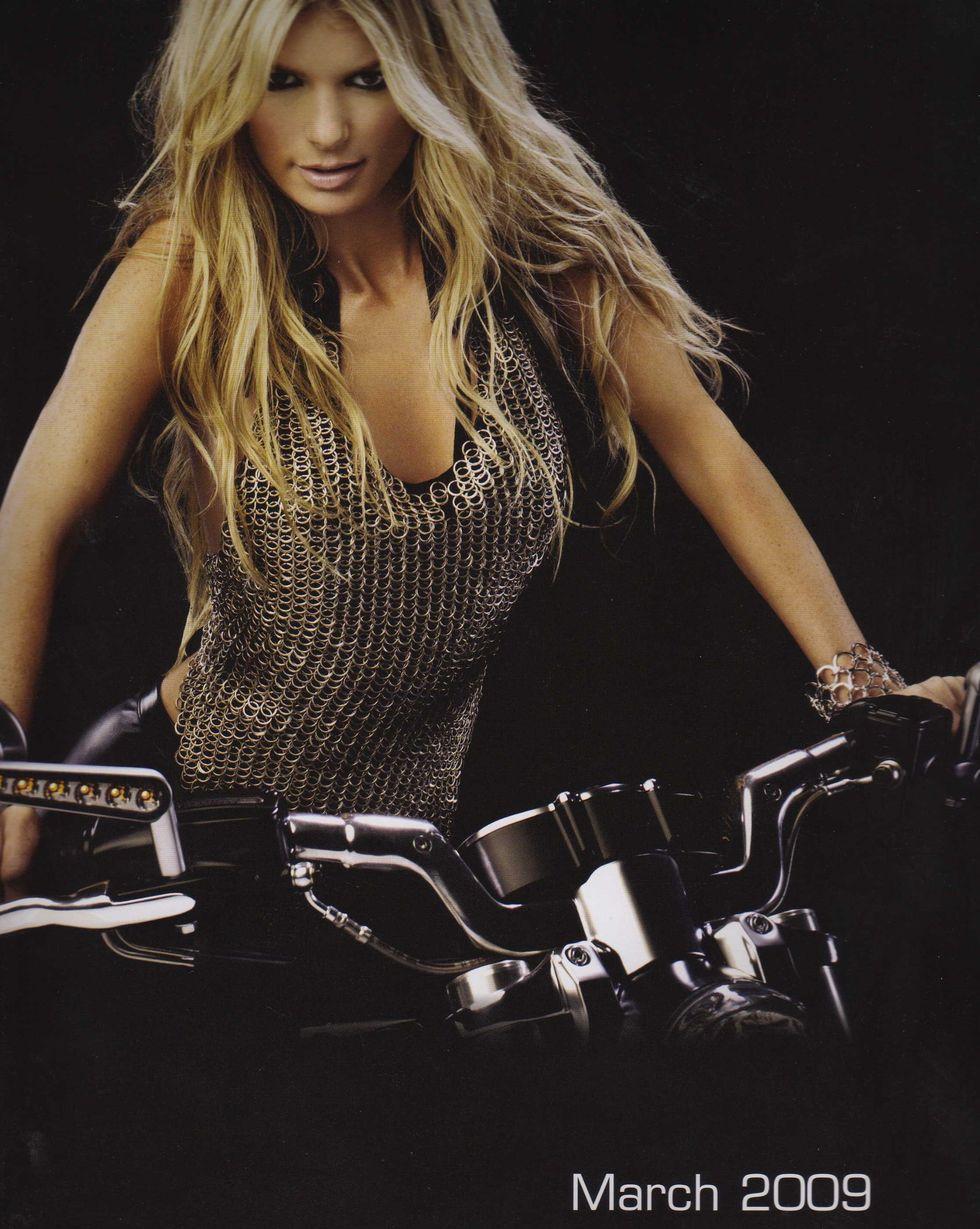 marissa-miller-harley-davidson-v-rod-2009-calendar-01