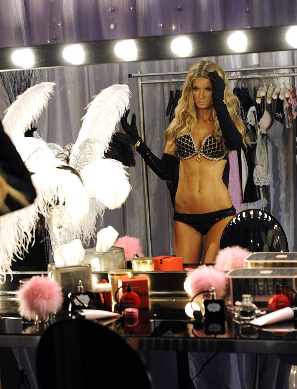 marisa-miller-victorias-secret-fashion-show-backstage-01