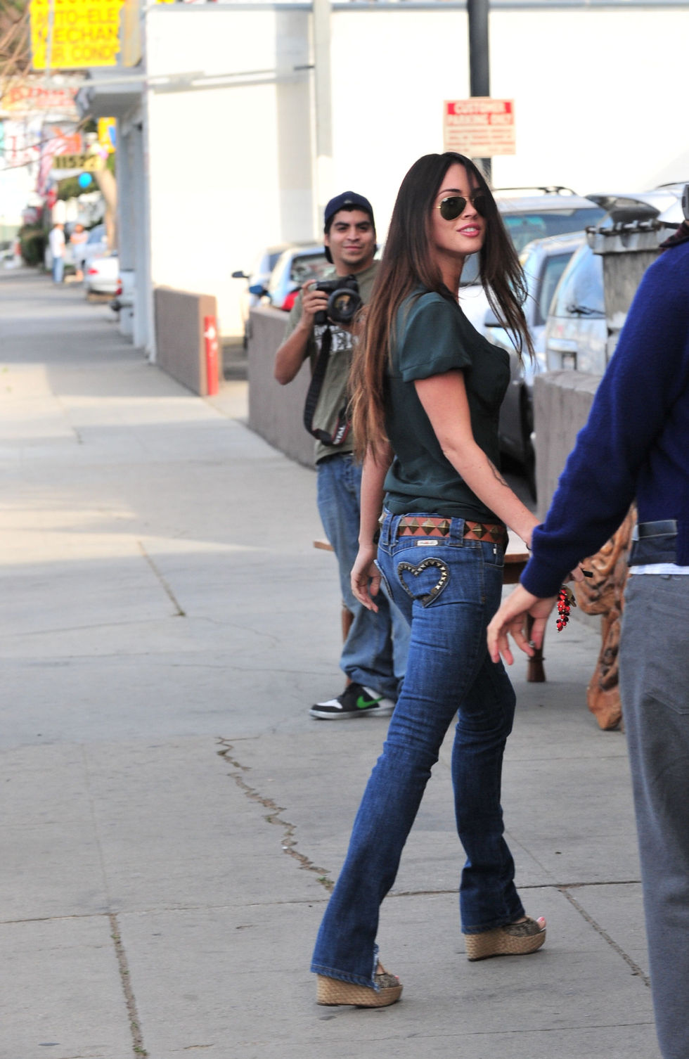 megan-fox-at-the-indigo-store-on-ventura-boulevard-01