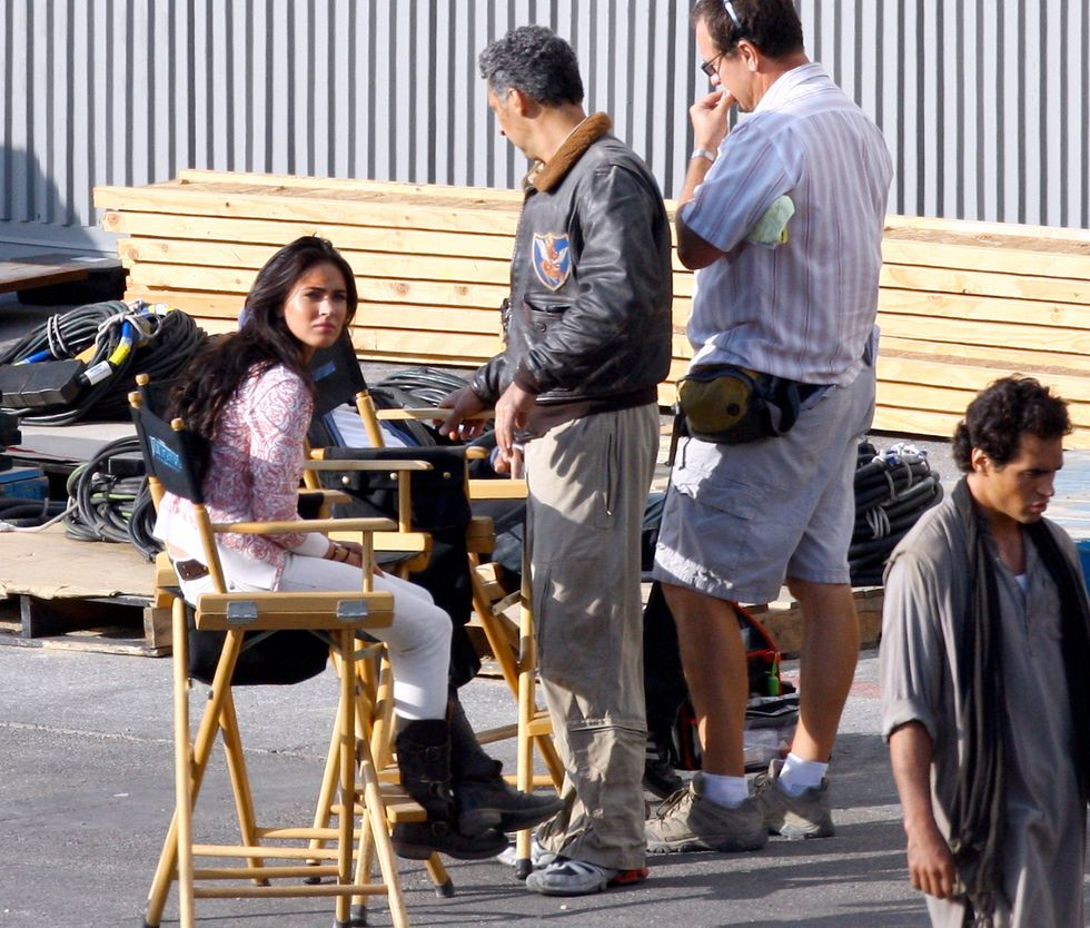 megan-fox-cleavage-candids-on-the-set-of-transformers-2-in-hollywood-01
