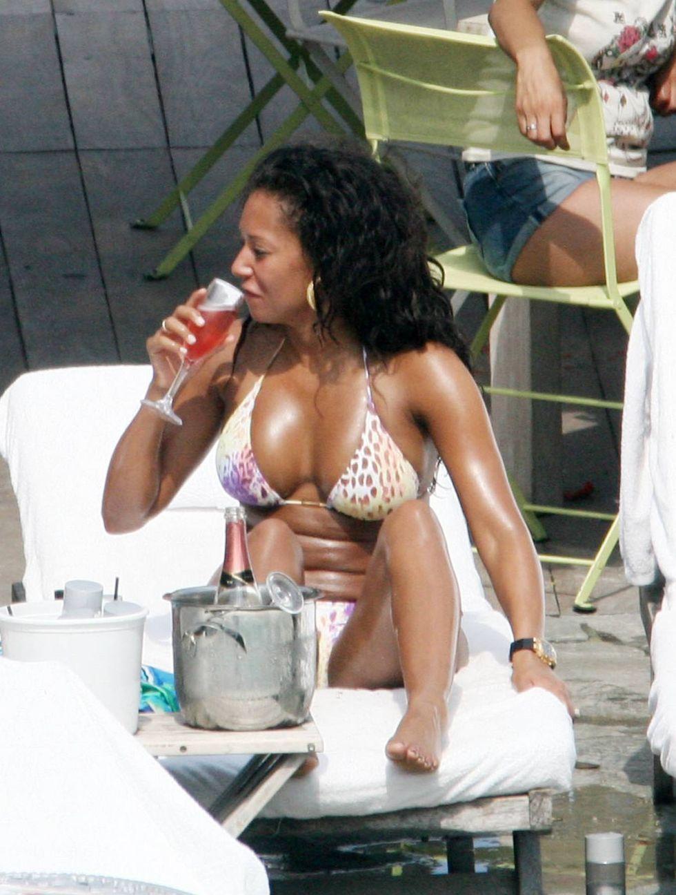 melanie-brown-in-bikini-by-the-pool-in-miami-02