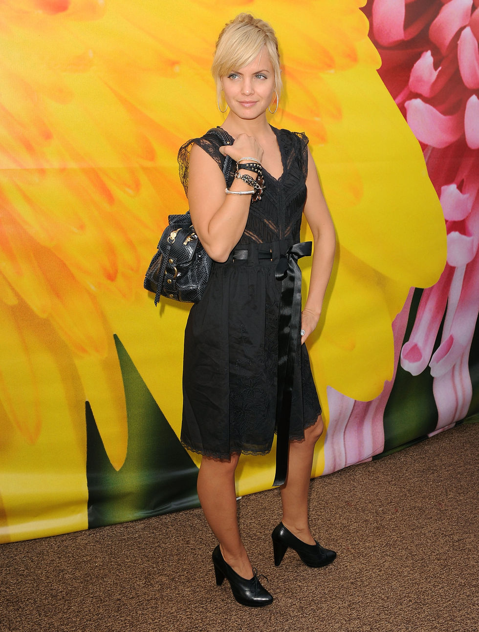 mena-suvari-damore-by-marceau-spring-2009-fashion-show-01