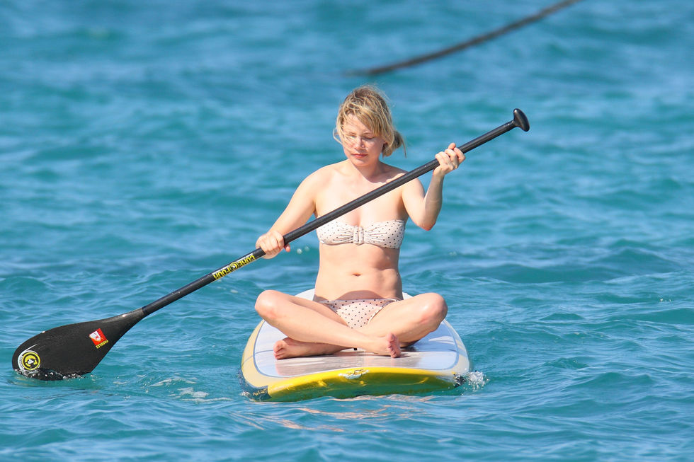 michelle-williams-bikini-candids-in-hawaii-01