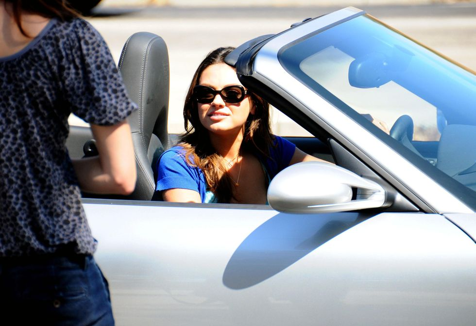 mila-kunis-cleavage-candids-on-the-set-of-extract-in-los-angeles-01