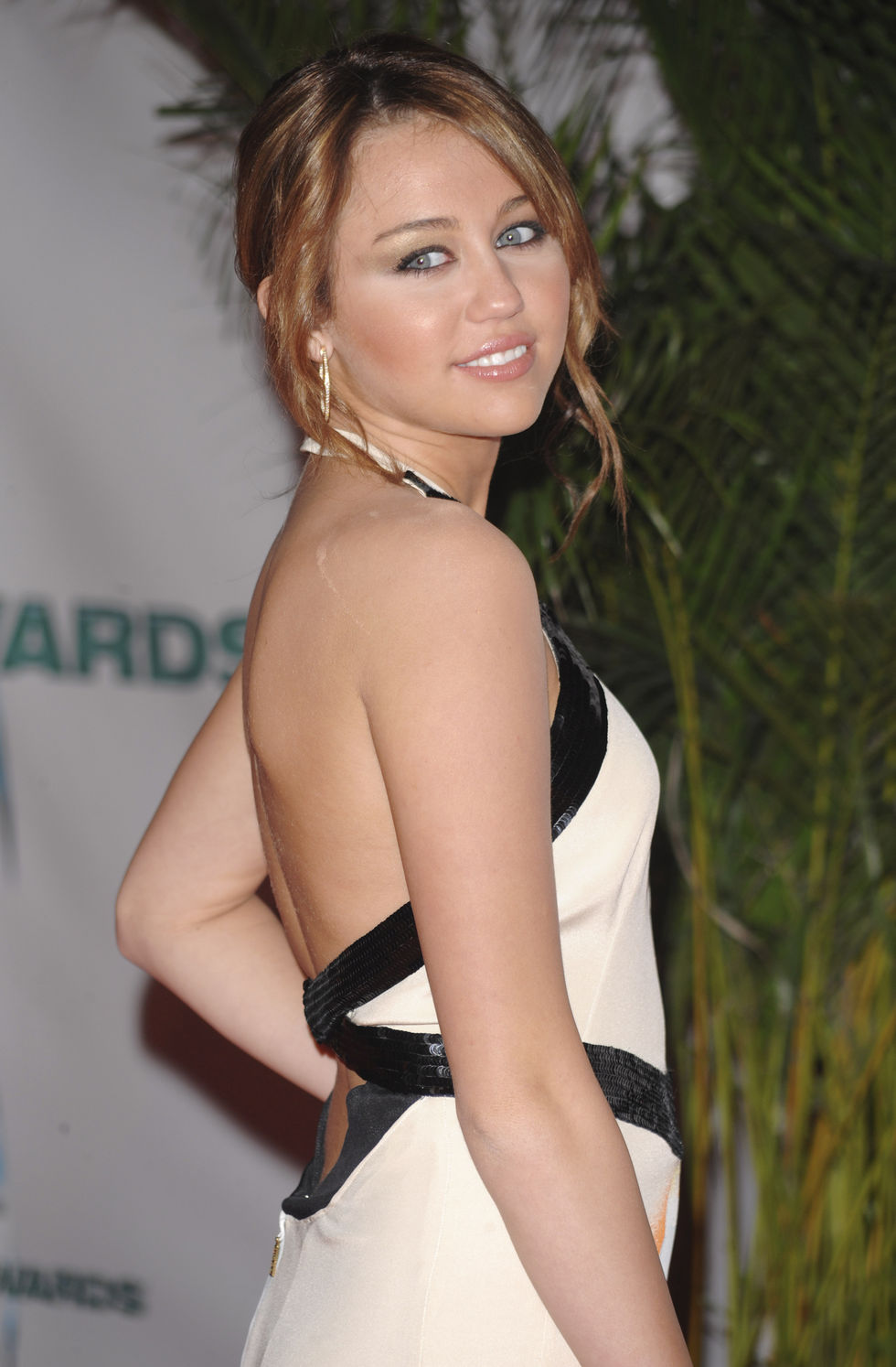 miley-cyrus-42nd-annual-cma-awards-in-nashville-01