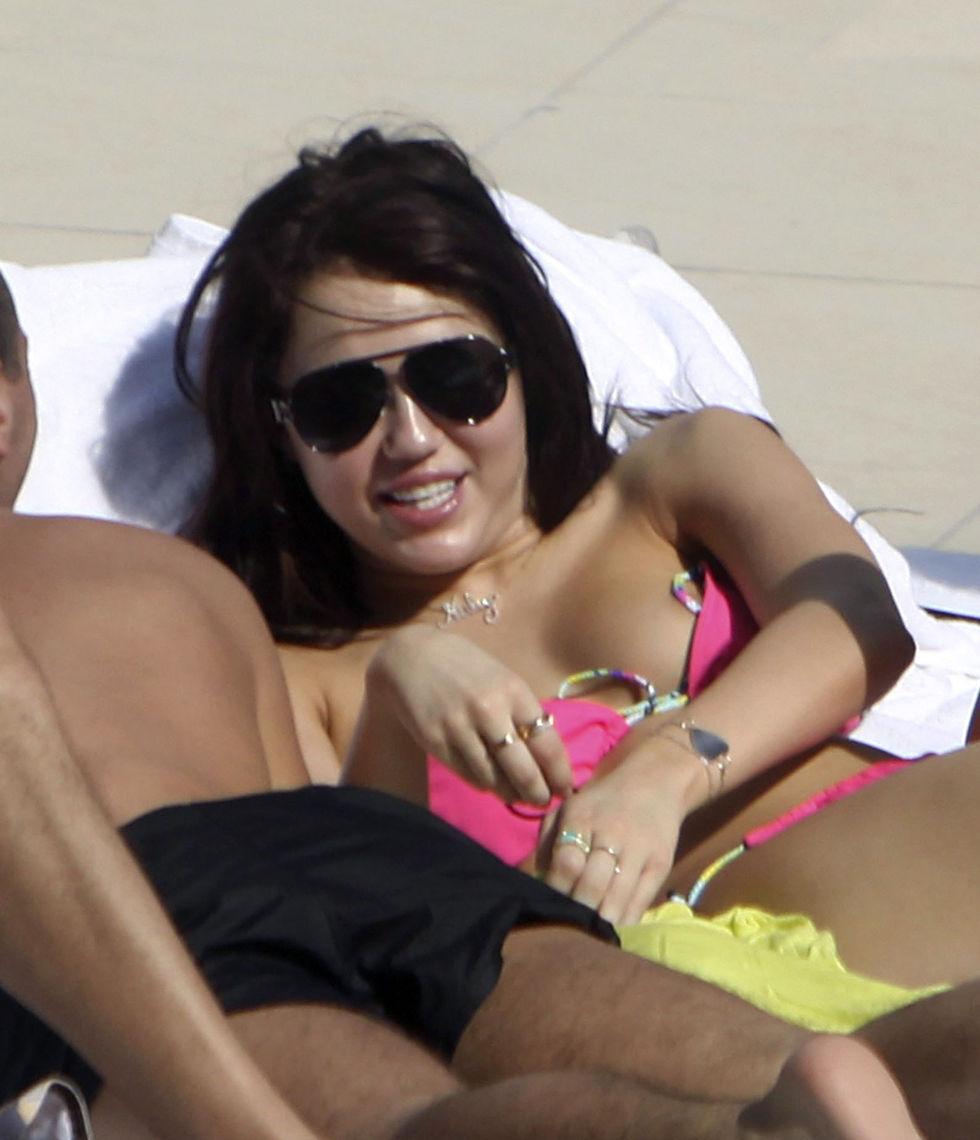 miley-cyrus-bikini-candids-at-the-fontainebleau-hotel-in-miami-01