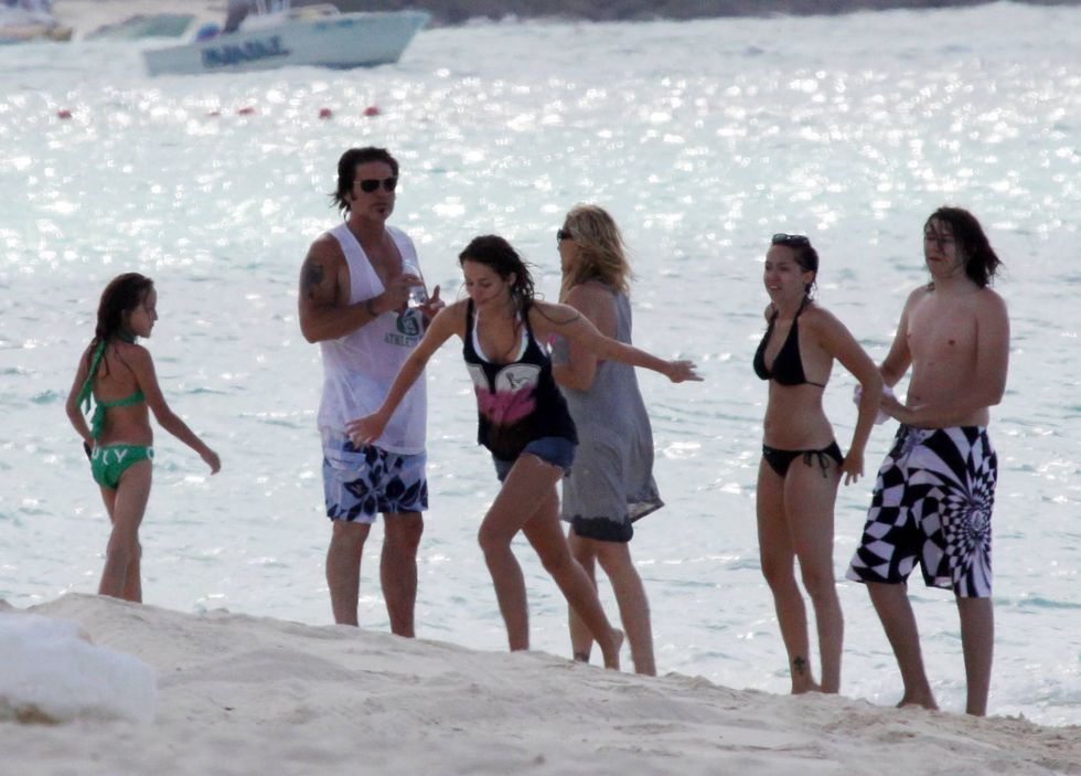 miley-cyrus-candids-at-the-beach-in-bahamas-01