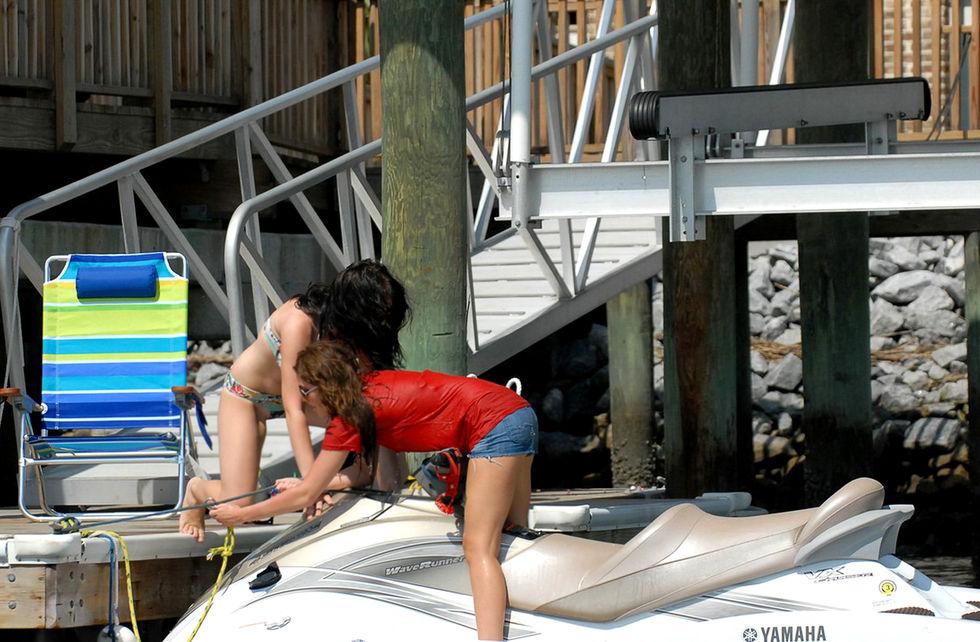 miley-cyrus-in-bikini-jetskiing-in-savannah-01
