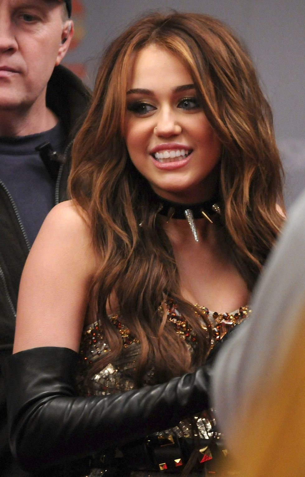 miley-cyrus-leggy-on-the-sex-and-the-city-2-film-set-14