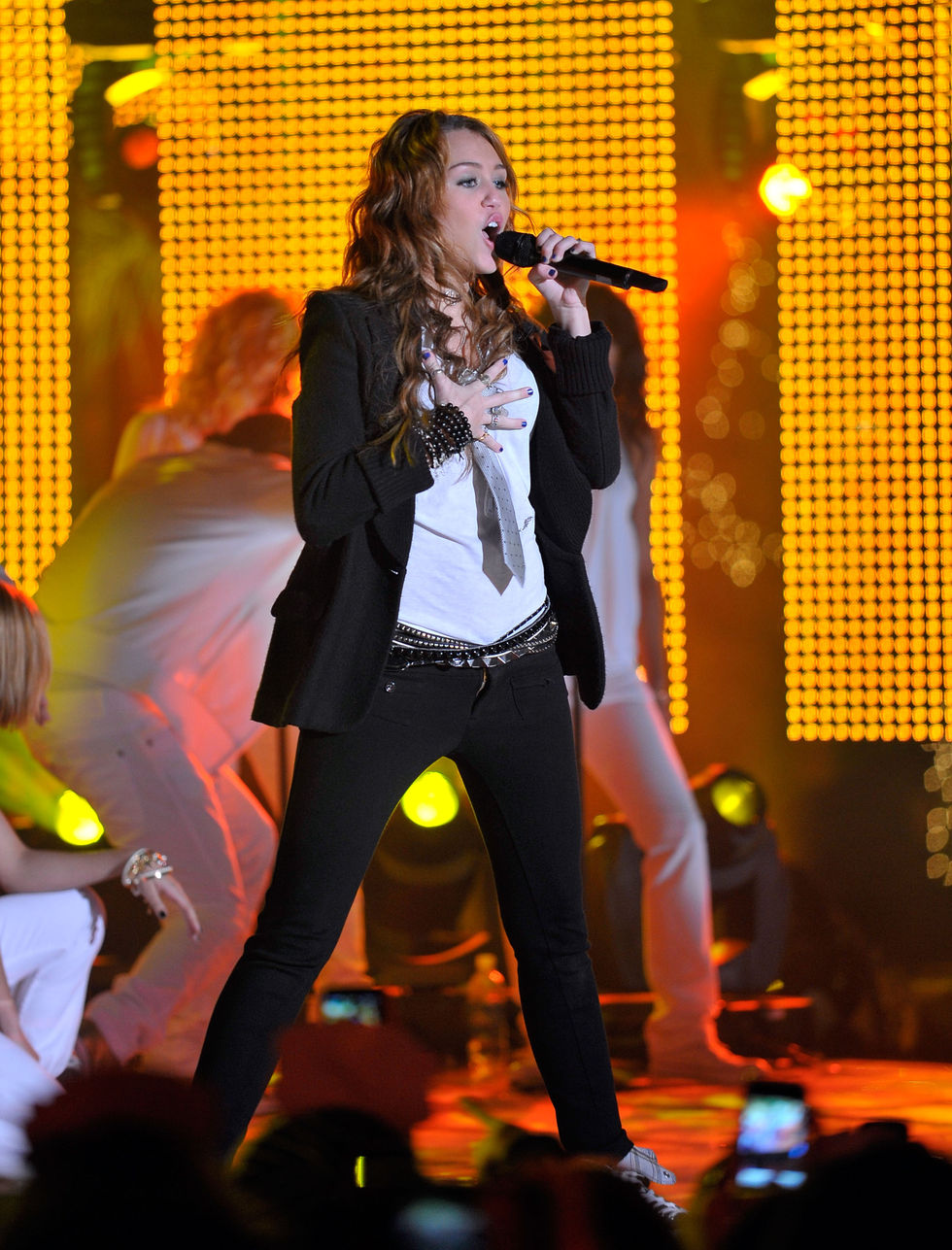 miley-cyrus-mtvs-new-years-eve-special-01