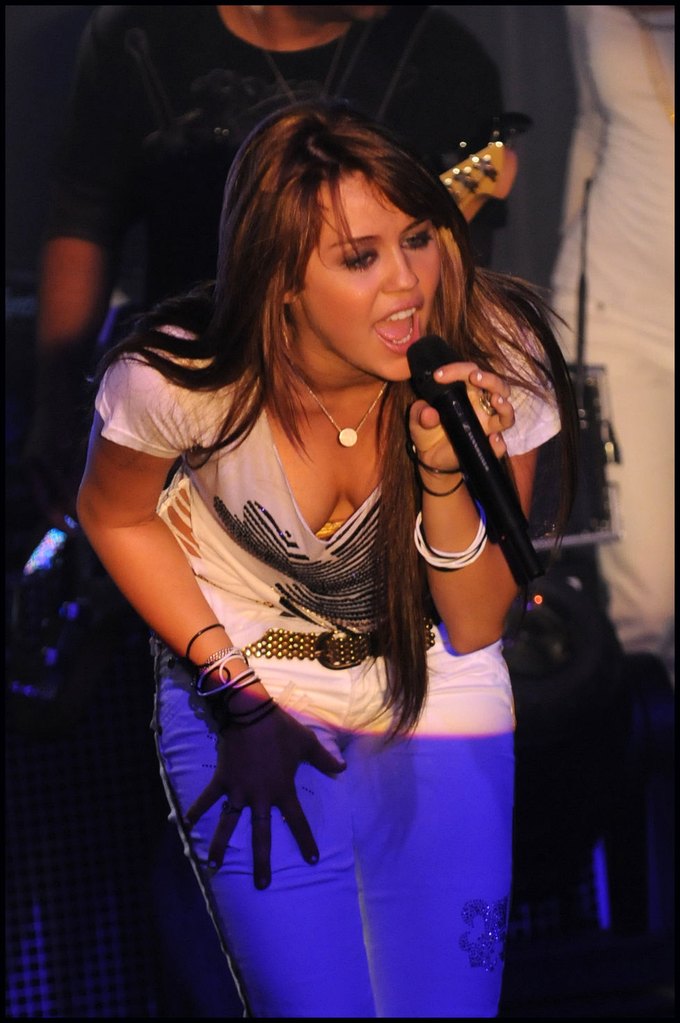 miley-cyrus-performs-at-the-showcase-in-paris-01