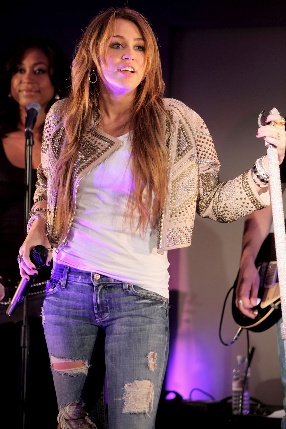 miley-cyrus-performs-live-at-itunes-in-london-01