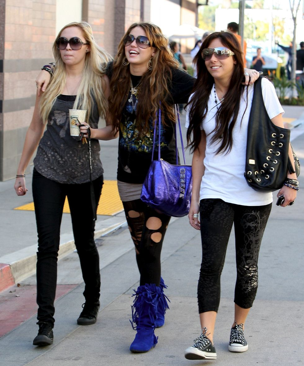 miley-cyrus-ripped-leggings-candids-in-hollywood-11