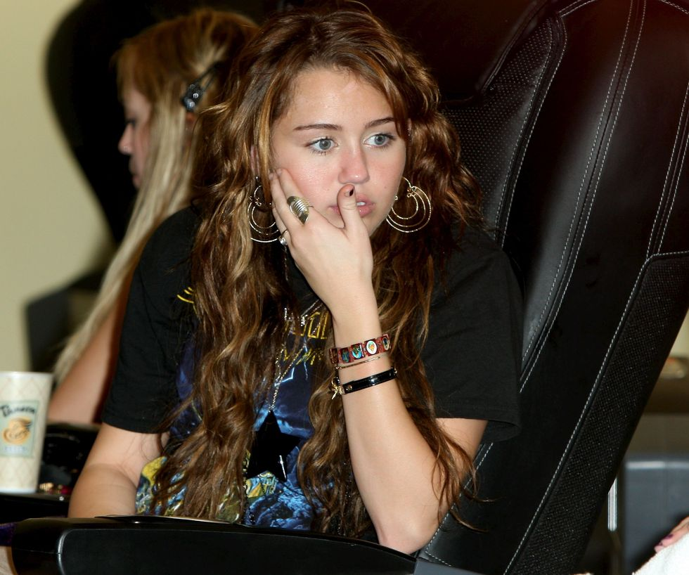 miley-cyrus-ripped-leggings-candids-in-hollywood-16