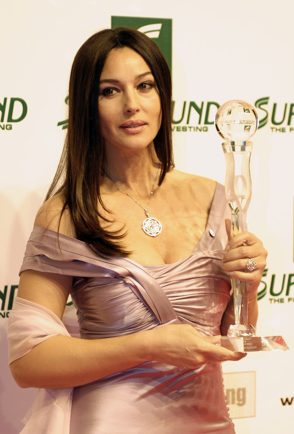 monica-bellucci-womens-world-awards-gala-in-vienna-01