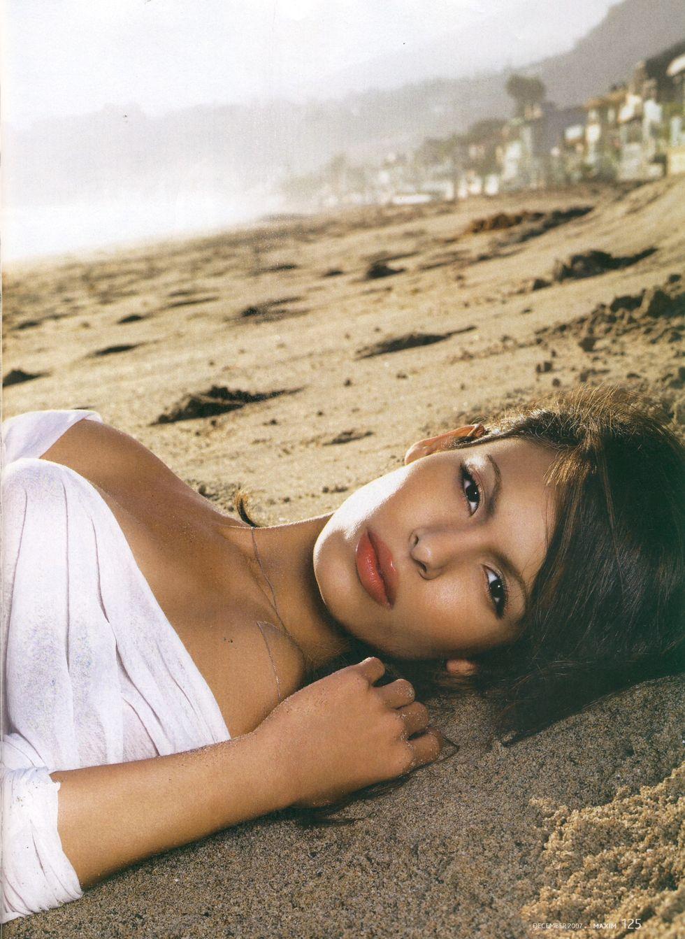 nadine-valezquez-maxim-magazine-december-2007-01