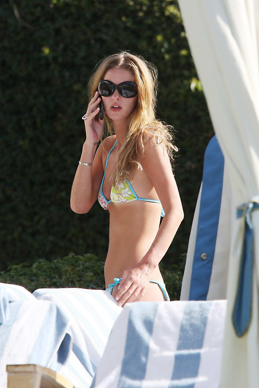 nicky-hilton-bikini-candids-at-the-pool-in-hawaii-01