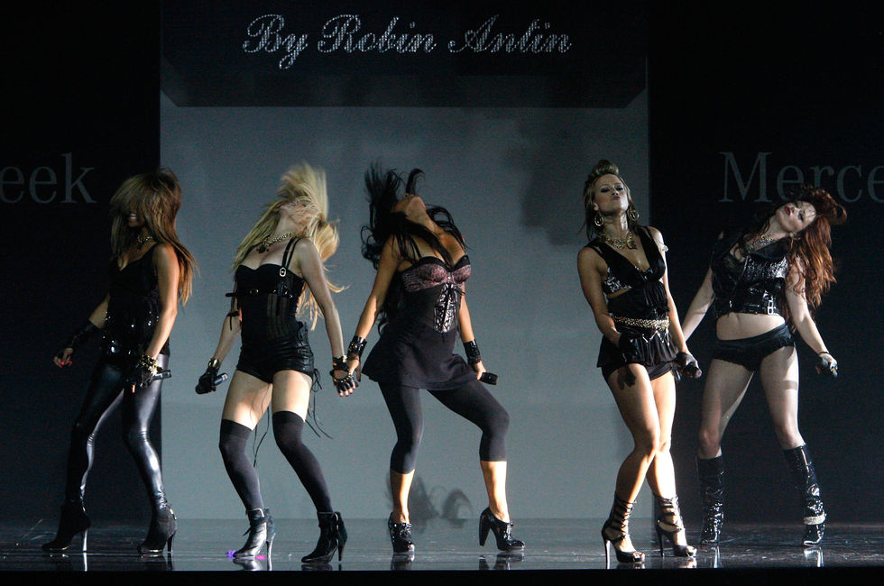 nicole-scherzinger-and-the-pussycat-dolls-perform-at-the-fall-2008-fashion-show-01