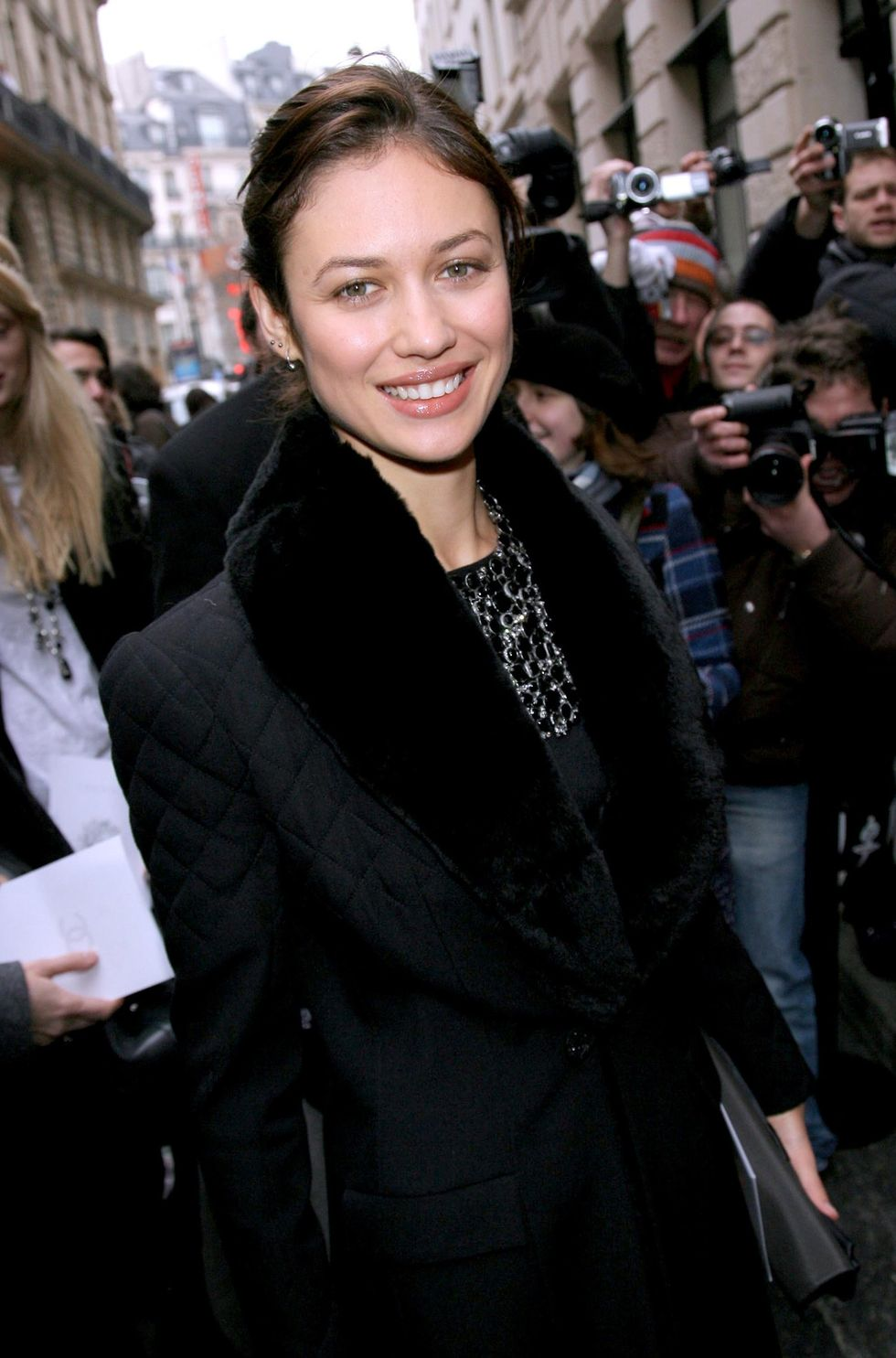 olga-kurylenko-chanel-fashion-show-in-parise-01