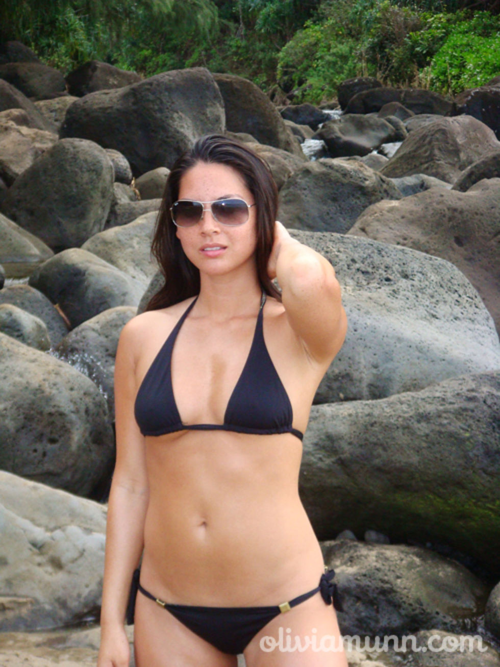 olivia-munn-bikini-candids-at-the-beach-in-hawaii-mq-01