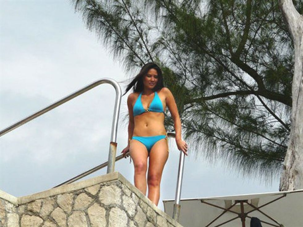 olivia-munn-in-bikini-for-g4s-420-special-in-jamaica-lq-01