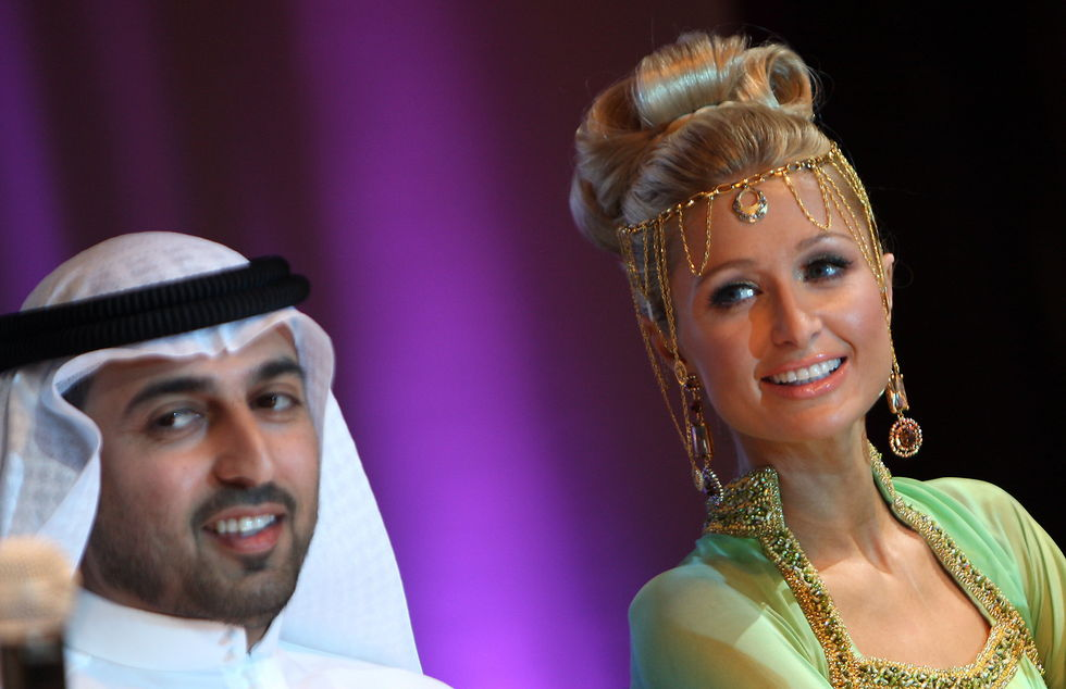 paris-hilton-at-a-news-conference-in-dubai-01